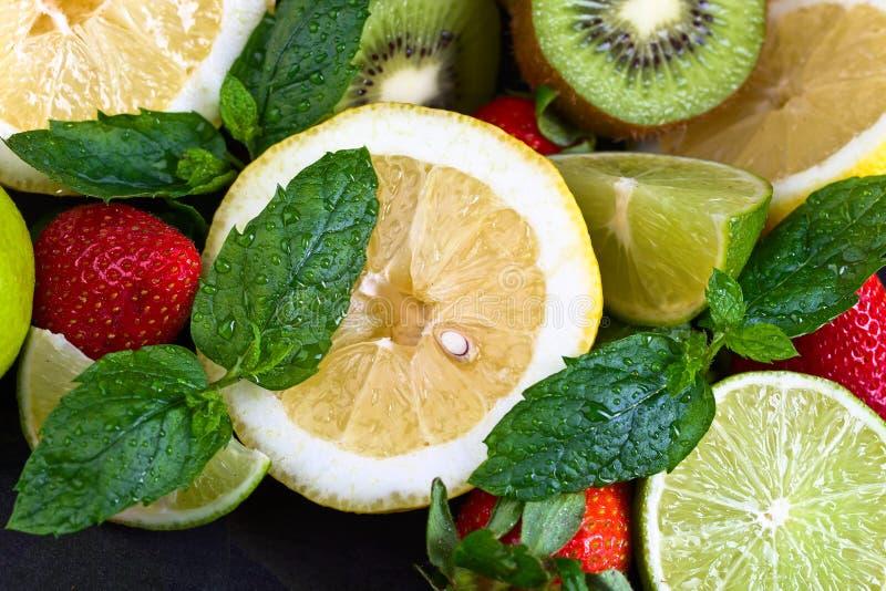 Dojrzałe soczyste owoc i miętówka z wodnymi kroplami obrazy royalty free