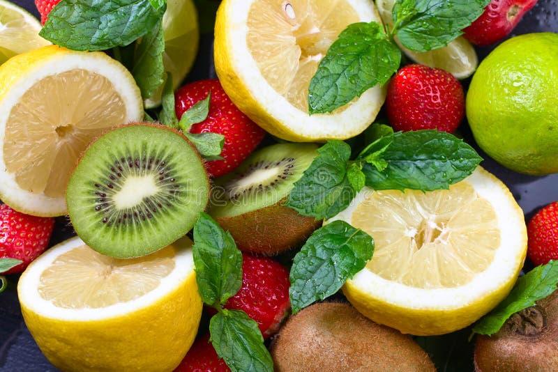 Dojrzałe soczyste owoc i miętówka z wodnymi kroplami zdjęcia stock