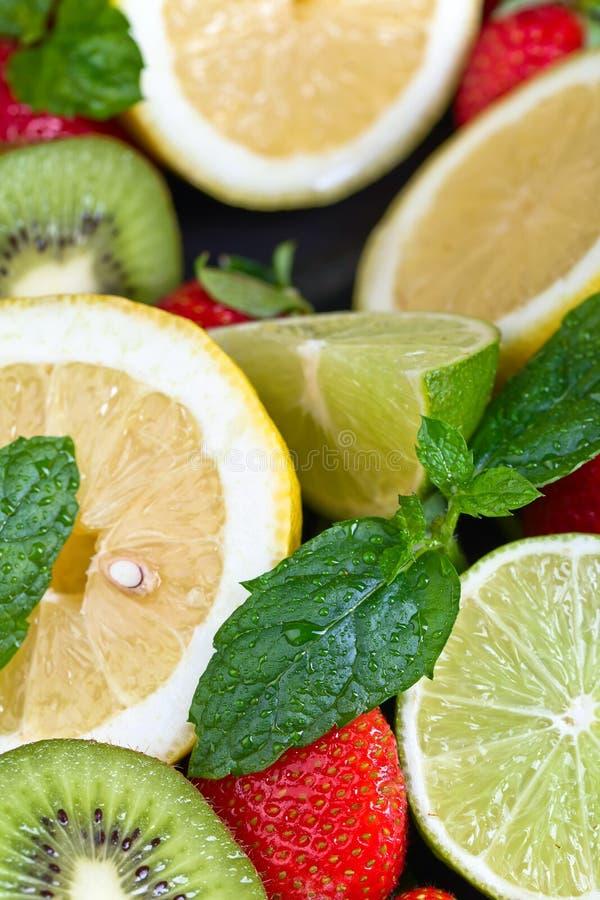 Dojrzałe soczyste owoc i miętówka z wodnymi kroplami zdjęcie stock