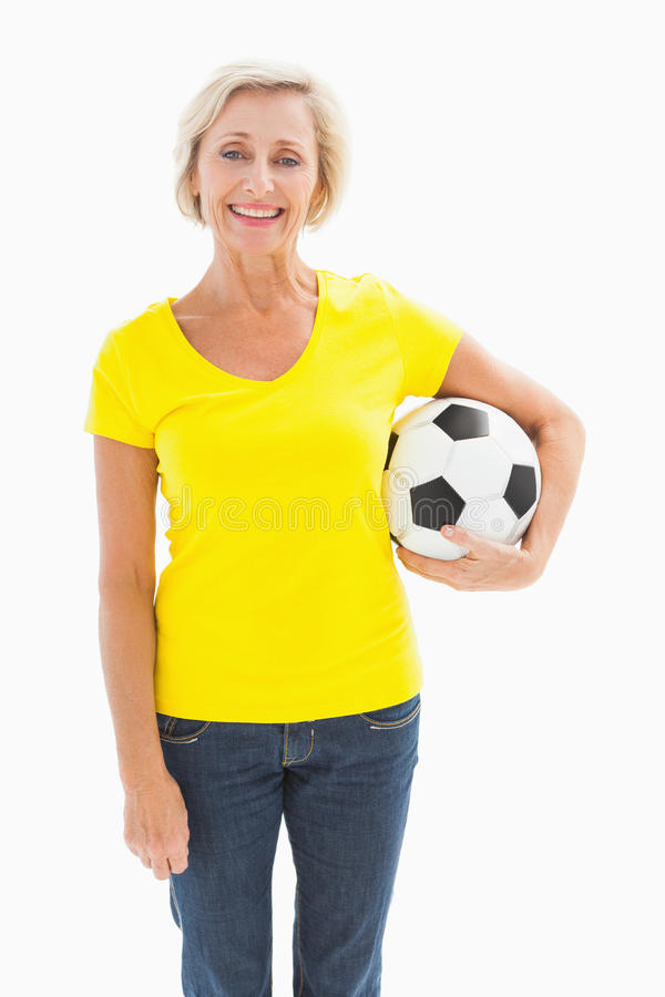 Dojrzałego blondynki mienia futbolowy ono uśmiecha się przy kamerą obraz stock
