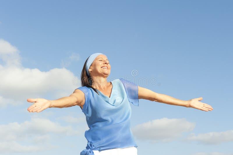 Dojrzałego kobieta pozytywu otwarte ręki plenerowe obrazy royalty free