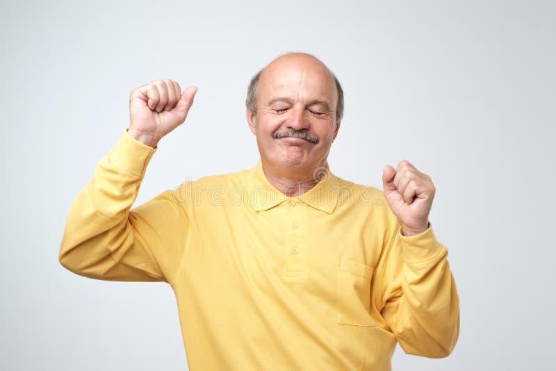 Dojrzałego szczęśliwego mężczyzna poruszający taniec nad białym tłem zdjęcia royalty free