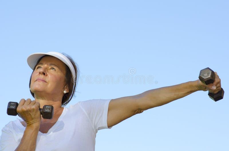 Dojrzałej kobiety podnośni ciężary III fotografia stock