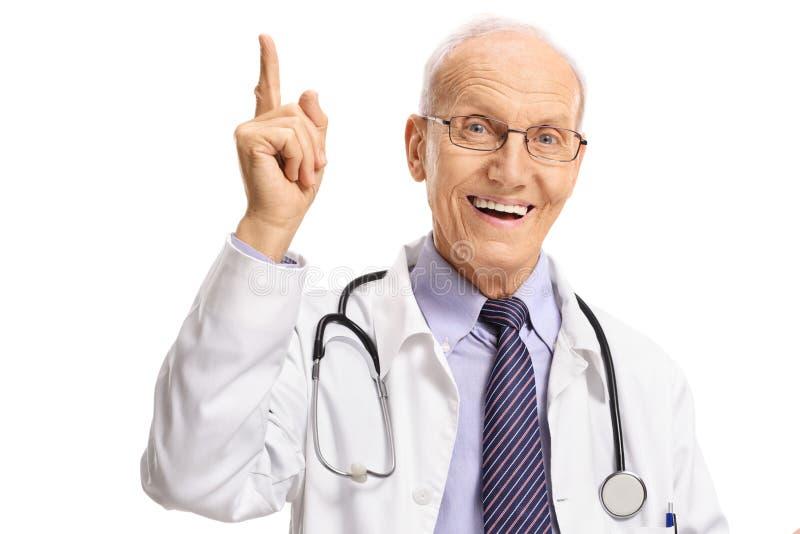 Dojrzałej samiec doktorski wskazywać w górę zdjęcie royalty free