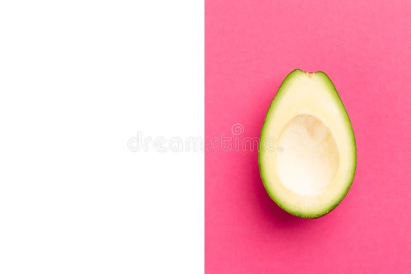 Dojrzały świeży cięcie kopcował avocado owoc w górę menchii dalej fotografia stock