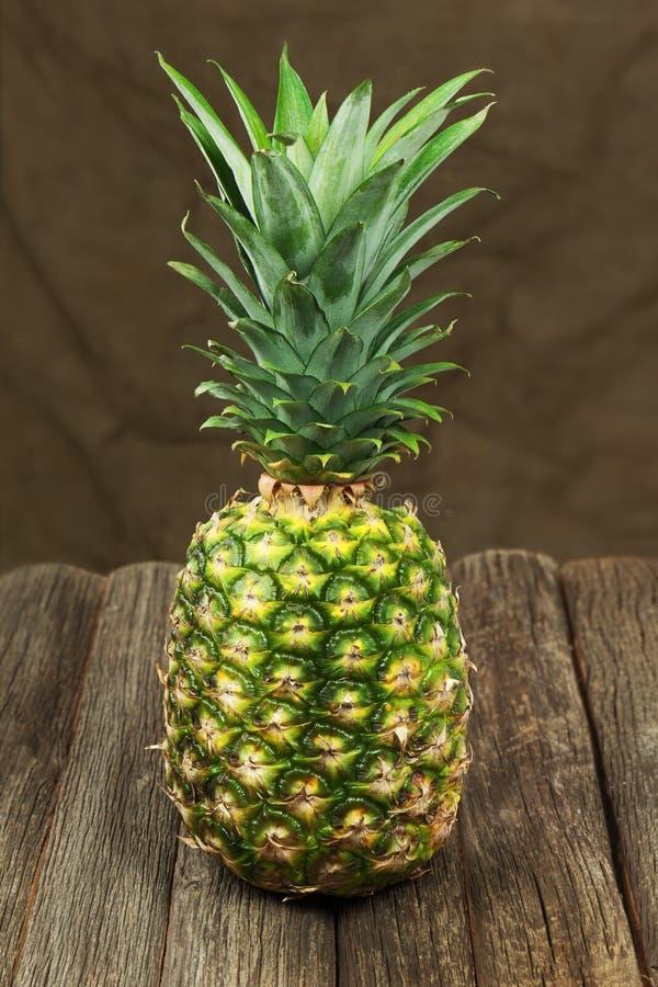 Dojrzały ananas na drewnianym stole. zdjęcia stock