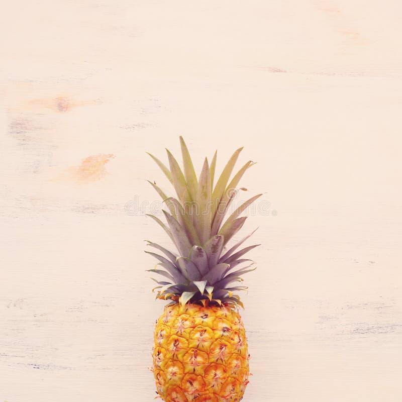 Dojrzały ananas nad białym drewnianym tłem Pla?owy i tropikalny temat Odg?rny widok zdjęcia royalty free