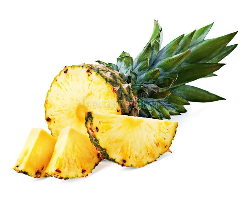Dojrzały ananas z plasterkami odizolowywającymi na białym tle zdjęcia royalty free