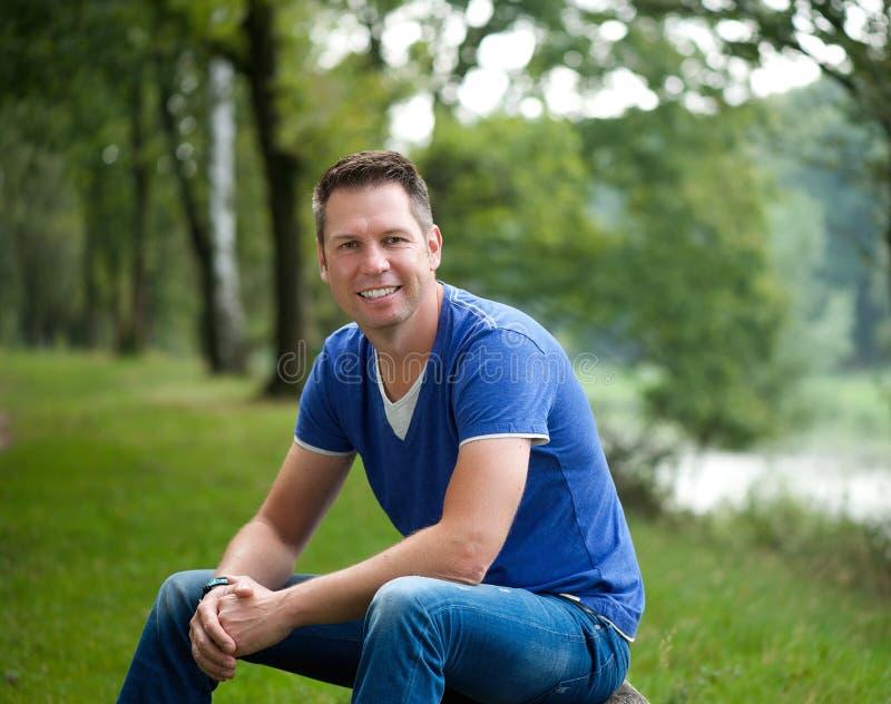Dojrzały caucasian mężczyzna ono uśmiecha się outdoors zdjęcia stock