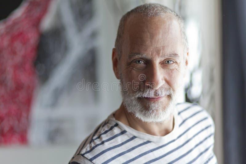 dojrzały człowiek się uśmiecha zdjęcie stock