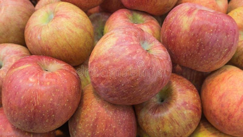 Dojrzały czerwony jabłko zakłada w hali targowej fotografia stock