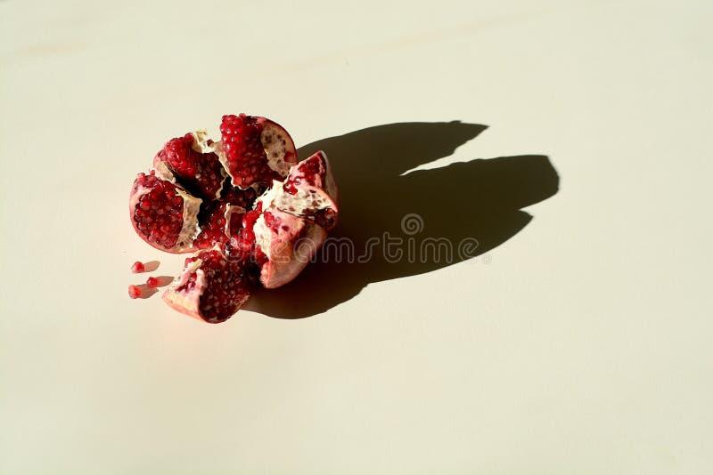 dojrzały czerwony soczysty granatowiec Groszkuje granatowiec owoc Granatowa cięcie w postaci gwiazdy obraz royalty free