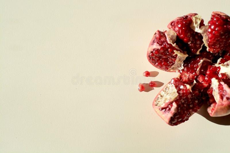 dojrzały czerwony soczysty granatowiec Groszkuje granatowiec owoc Granatowa cięcie w postaci gwiazdy zdjęcia stock