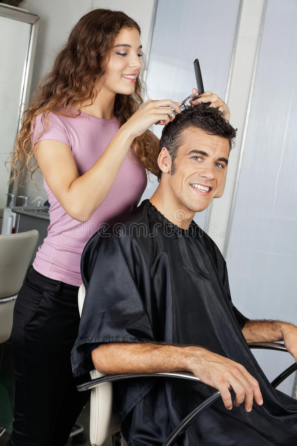 Dojrzały klient Dostaje ostrzyżenie W salonie zdjęcie royalty free