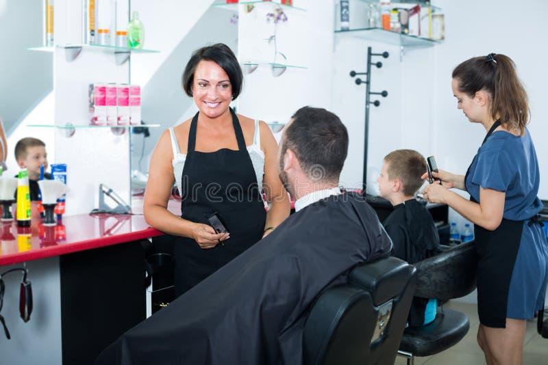 Dojrzały kobieta fryzjer gawędzi męski klient zdjęcie stock