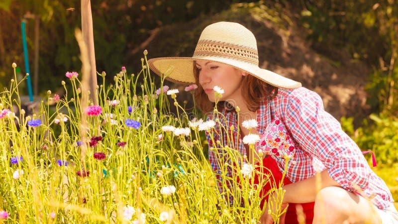 Dojrzały kobiety ogrodnictwo w jej podwórku zdjęcie stock