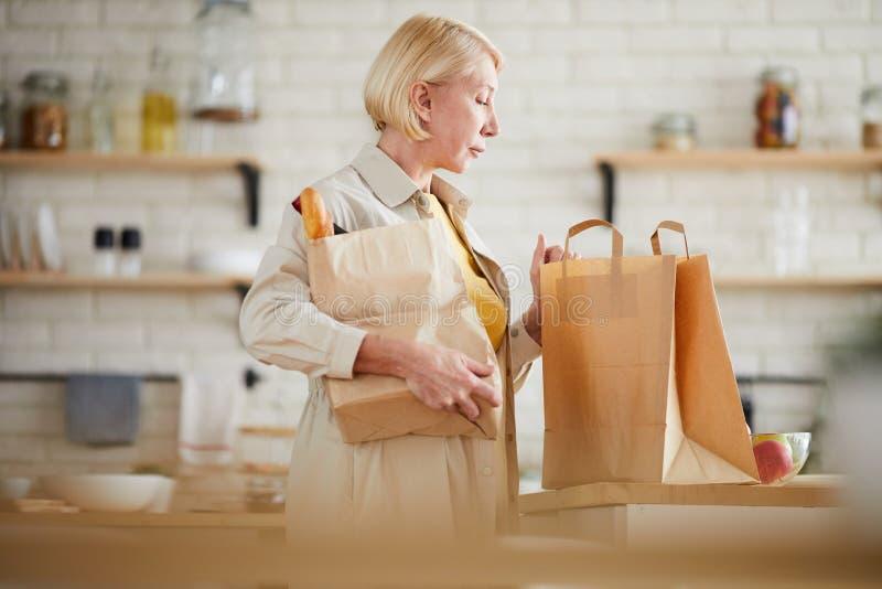 Dojrzały kobiety przybycia dom po robić zakupy w sklepie spożywczym zdjęcie royalty free