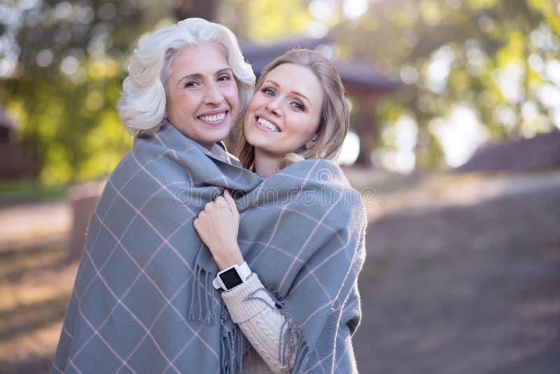 Dojrzały kobiety przytulenie starzał się matki przy pinkinem obraz stock