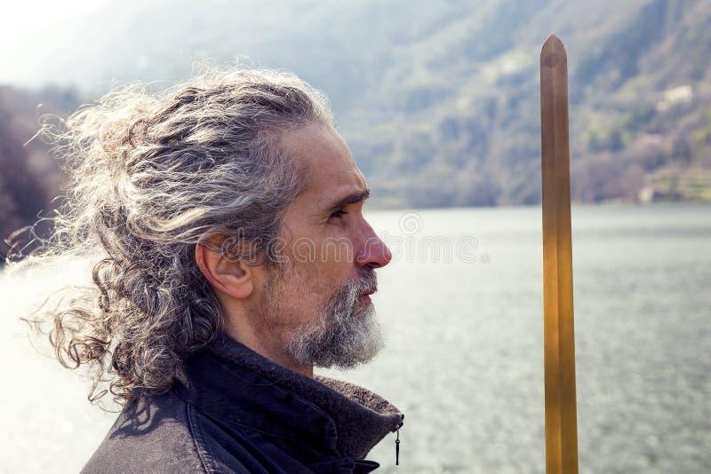 Dojrzały mężczyzna ćwiczy Tai Chi dyscyplinę outdoors fotografia stock