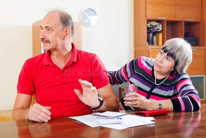 Dojrzały mężczyzna i żona ma pieniężnych problemy zdjęcia royalty free