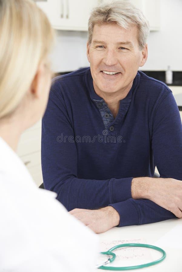 Dojrzały mężczyzna spotkanie Z kobiety lekarką W operaci obraz stock