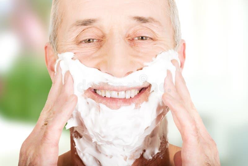 Dojrzały mężczyzna stosuje golenie pianę obrazy royalty free
