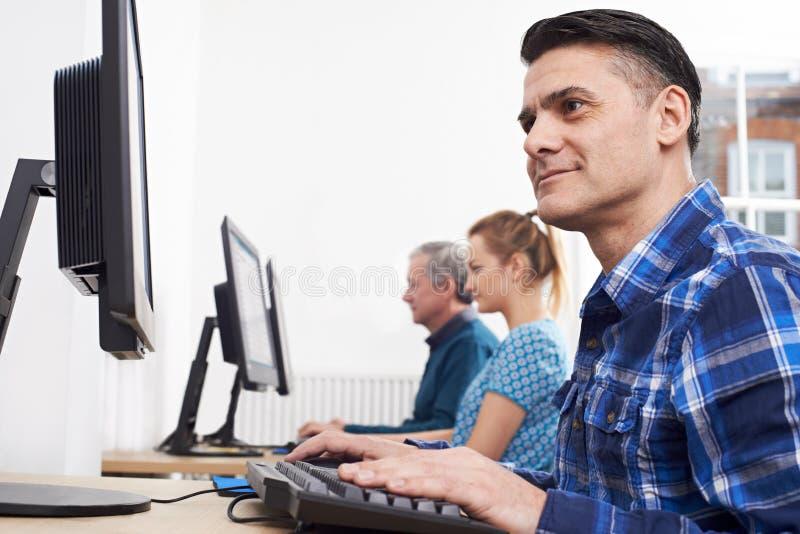 Dojrzały mężczyzna Uczęszcza komputer klasę Przed ekranem obraz royalty free