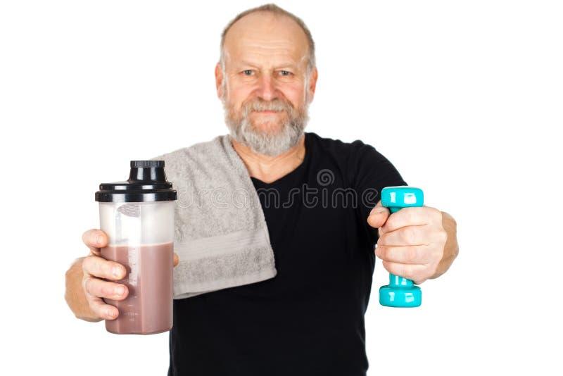 Dojrzały mężczyzna z proteinowym potrząśnięciem i dumbbell obrazy royalty free