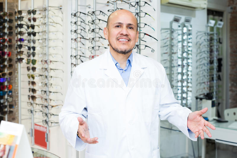 Dojrzały męski oftalmologa działanie obrazy stock