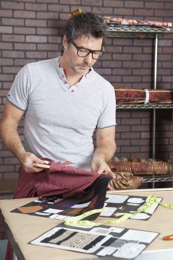 Dojrzały męski projektanta mody dopasowywania kolor koszula z sukiennym swatch zdjęcia royalty free