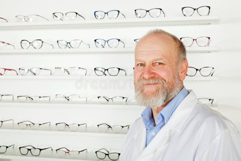 Dojrzały oftalmolog obrazy stock
