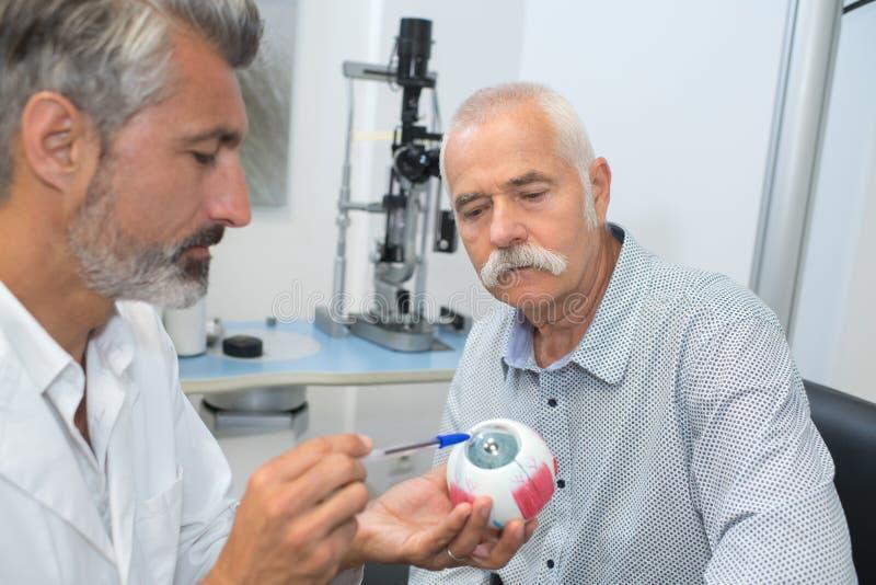 Dojrzały ophtalmologist seansu oka mockup starszy pacjent zdjęcia royalty free