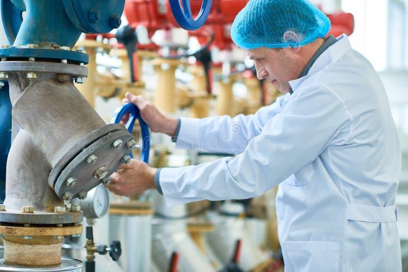 Dojrzały pracownik Sprawdza drymby w Nowożytnej fabryce obraz royalty free