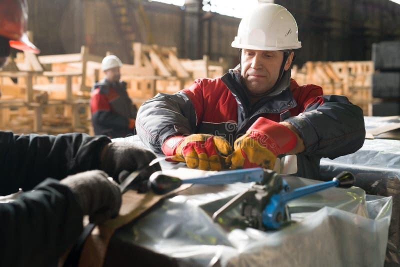 Dojrzały pracownika kocowania ładunek przy fabryką zdjęcia royalty free