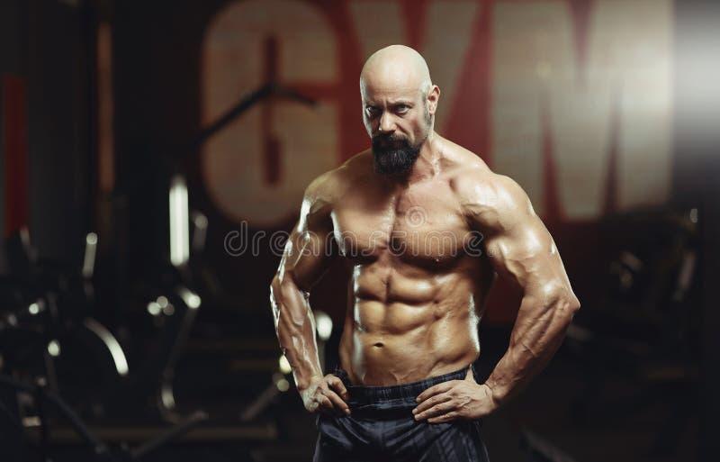 Dojrzały sportowiec ćwiczy przy gym obrazy royalty free