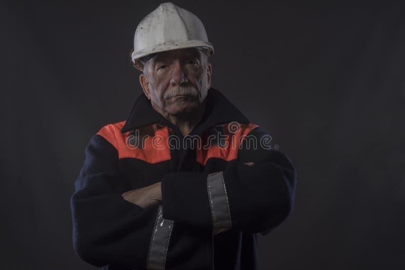 Dojrzały tradycyjny górnik z jego rękami krzyżować zdjęcia royalty free