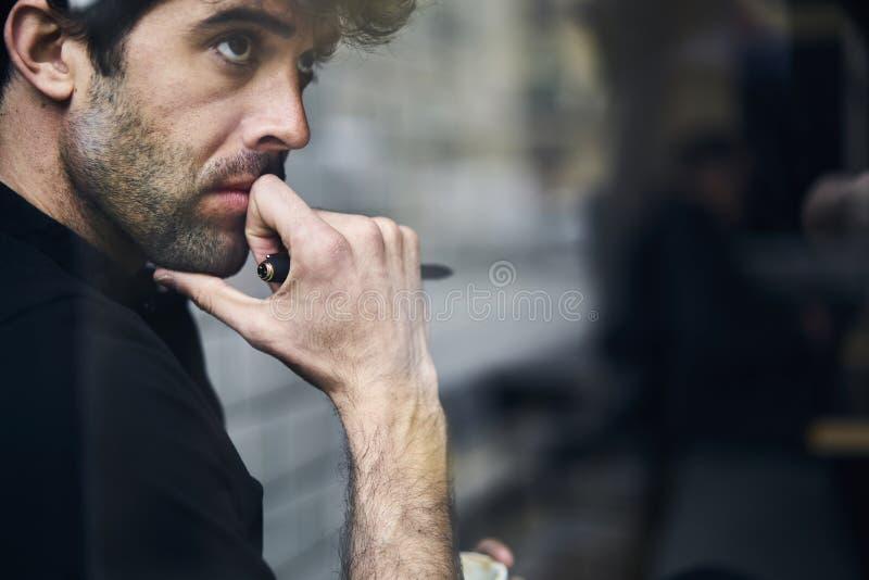 Dojrzały właściciel biznes w czarnym shirtwith twój reklamowa wiadomość tekstowa obrazy royalty free