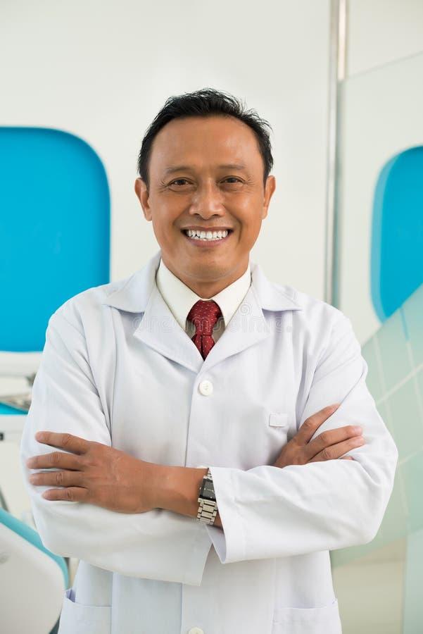 Dojrzały Wietnamski dentysta obrazy royalty free