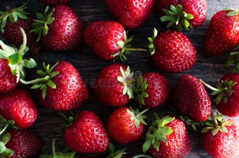 Dojrzałych czerwonych truskawek jaskrawy światło fotografia royalty free
