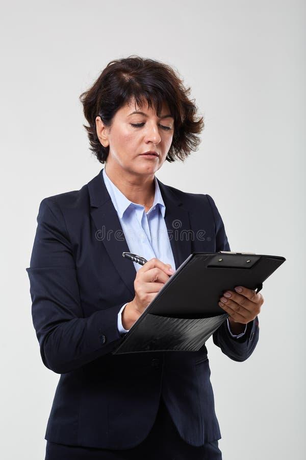 Dojrza?y bizneswoman z schowkiem zdjęcie royalty free