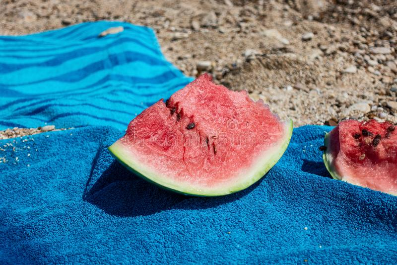 Dojrzali arbuzów plasterki na seashore zdjęcie royalty free