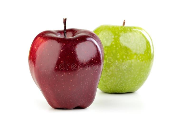 Dojrzali czerwoni i zieleni jabłka na białym tle fotografia royalty free