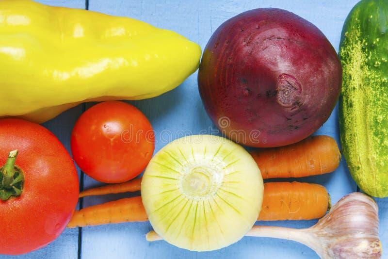 Dojrzali naturalni warzywa od wiejskiego ogródu na drewnianym stole Zdrowy jarski karmowy zbliżenie Odgórny widok zdjęcia royalty free