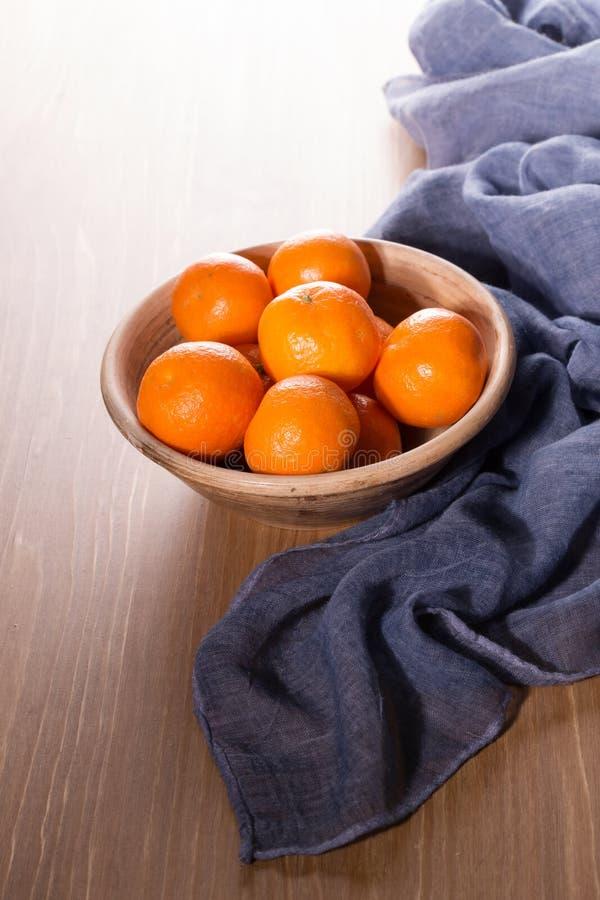 Download Dojrzali Tangerines Na Drewnianym Stole Zdjęcie Stock - Obraz złożonej z clementines, zbliżenie: 106913808