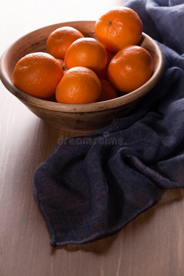 Download Dojrzali Tangerines Na Drewnianym Stole Zdjęcie Stock - Obraz złożonej z jujitsu, drewniany: 106914096