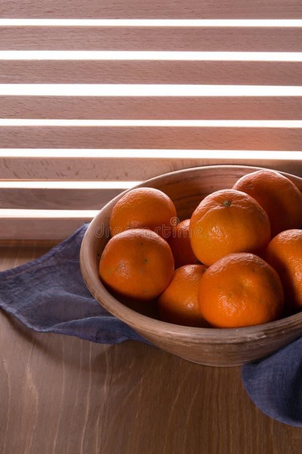 Download Dojrzali Tangerines Na Drewnianym Stole Obraz Stock - Obraz złożonej z jujitsu, clementines: 106914369