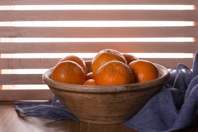 Download Dojrzali Tangerines Na Drewnianym Stole Zdjęcie Stock - Obraz złożonej z drewniany, jedzenie: 106914724