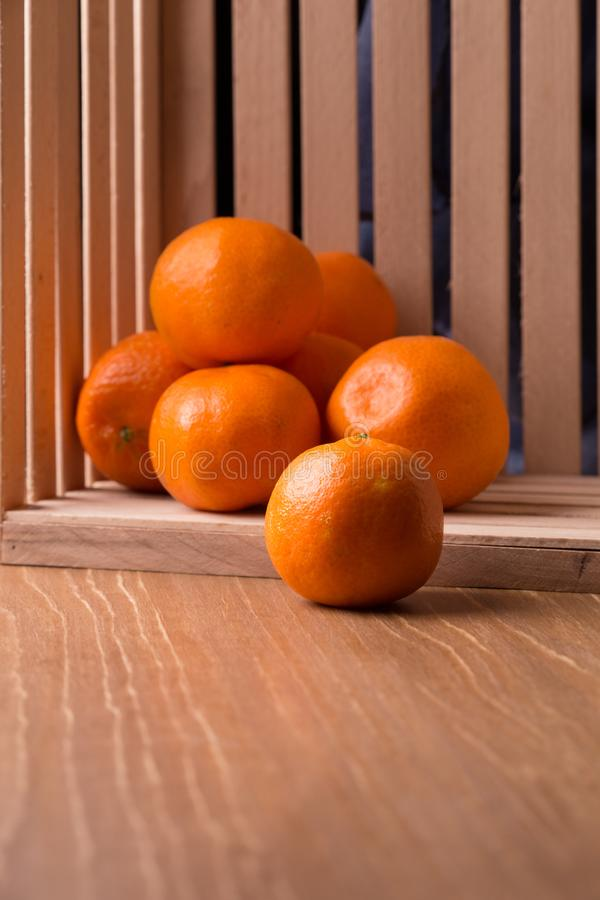 Download Dojrzali Tangerines W Drewnianym Pudełku Obraz Stock - Obraz złożonej z citronella, cytrusy: 106912471