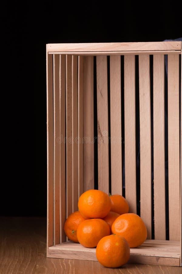 Download Dojrzali Tangerines W Drewnianym Pudełku Zdjęcie Stock - Obraz złożonej z jarosz, cukierki: 106912700