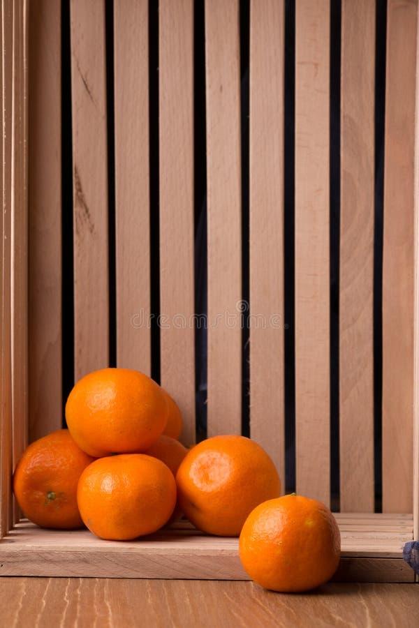 Download Dojrzali Tangerines W Drewnianym Pudełku Obraz Stock - Obraz złożonej z vite, juiced: 106913053